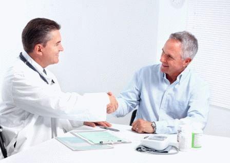 врач пожимает руку мужчине
