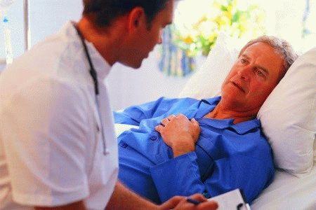 врач возле пациента