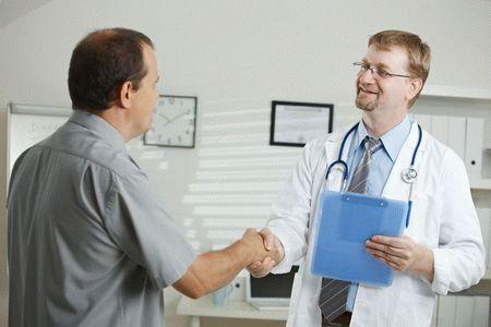 врач пожимает руку пациенту
