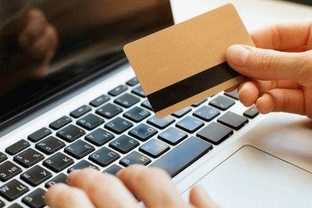 кредитка на фоне ноутбука