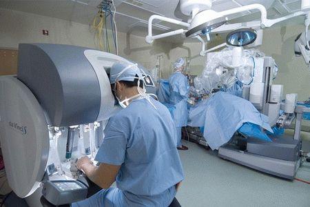 Врач делает операцию роботом