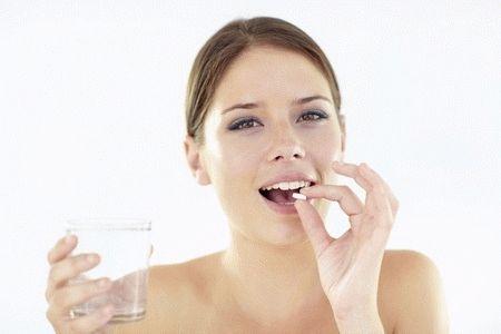женщина пьет лекарства