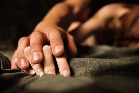 мужская рука на женской