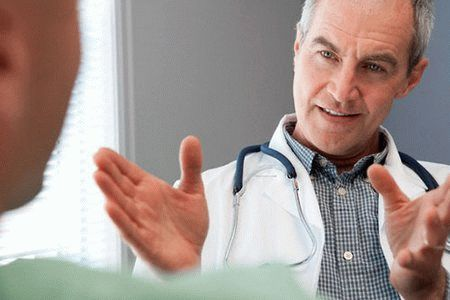 врач размахивает руками