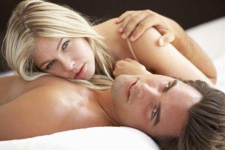 женщина лежит на мужчине