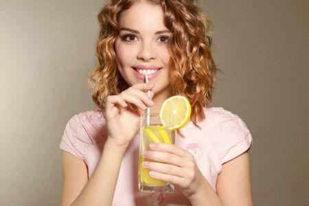 женщина пьет сок