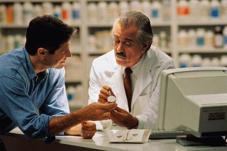 врач консультирует мужчину