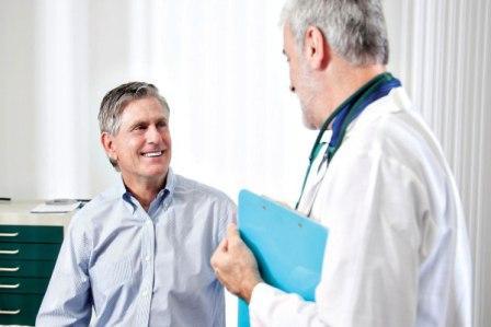 мужчина улыбается врачу