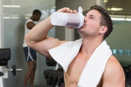 мужчина пьет протеин