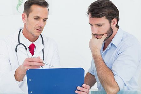 мужчина слушает врача