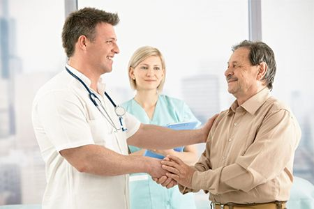 мужчина и врач пожимают руки