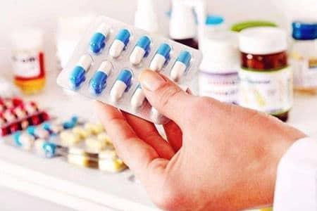 пластинка таблеток в руках у врача