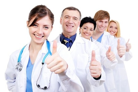 врачи держат палец вверх