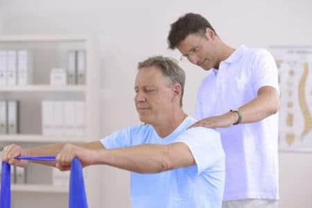 мужчина занимается физкультурой со специалистом