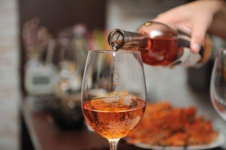 в бокал наливают алкоголь