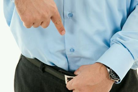 мужчина показывает пальцем в штаны