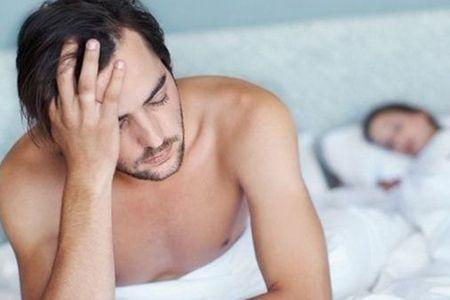 грустный мужчина в кровати