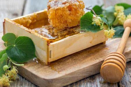 мед с прополисом в деревянной подставке