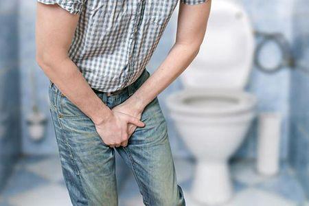 мужчина хочет в туалет