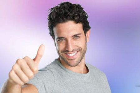мужчина показывает палец вверх